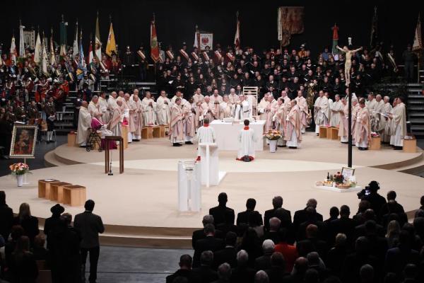 Diözese Innsbruck / 259bischofsweihe_hermann_glettlergabenbereitung / Zum Vergrößern auf das Bild klicken
