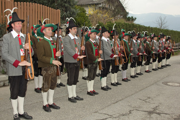Quelle: Südtiroler Schützenbund / 3_img_0071-frontabschreitung / Zum Vergrößern auf das Bild klicken