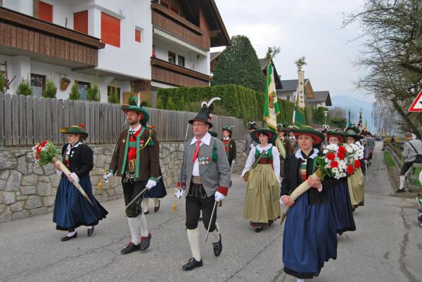 Quelle: Südtiroler Schützenbund / 4_8670001666_e854aa810d_k-aufmarsch / Zum Vergrößern auf das Bild klicken