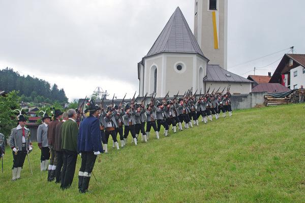 Hans Bergmann / 8a_fw118126_ehrensalve__landesublicher_empfang / Zum Vergrößern auf das Bild klicken