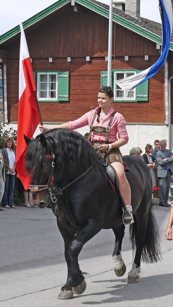 SK Strassen / p1120572_jasmina_mit_pferd_u._fahne_ / Zum Vergrößern auf das Bild klicken